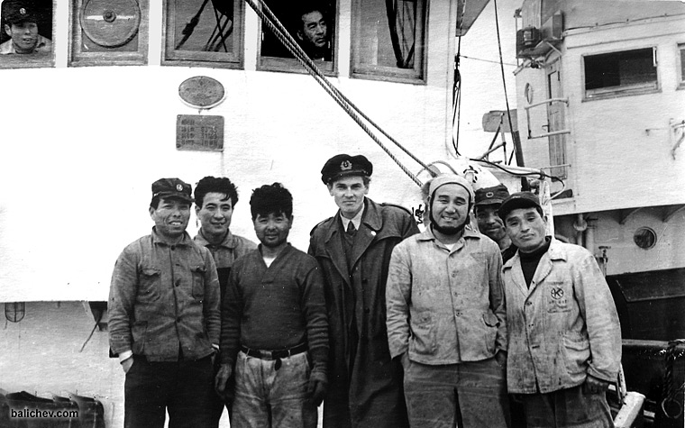 японские рыбаки с задержанной шхуны