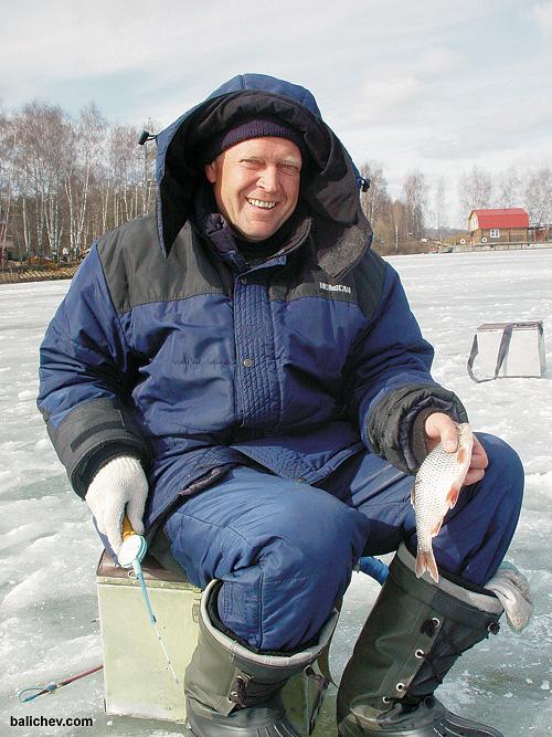 рыболов с плотвой на льду