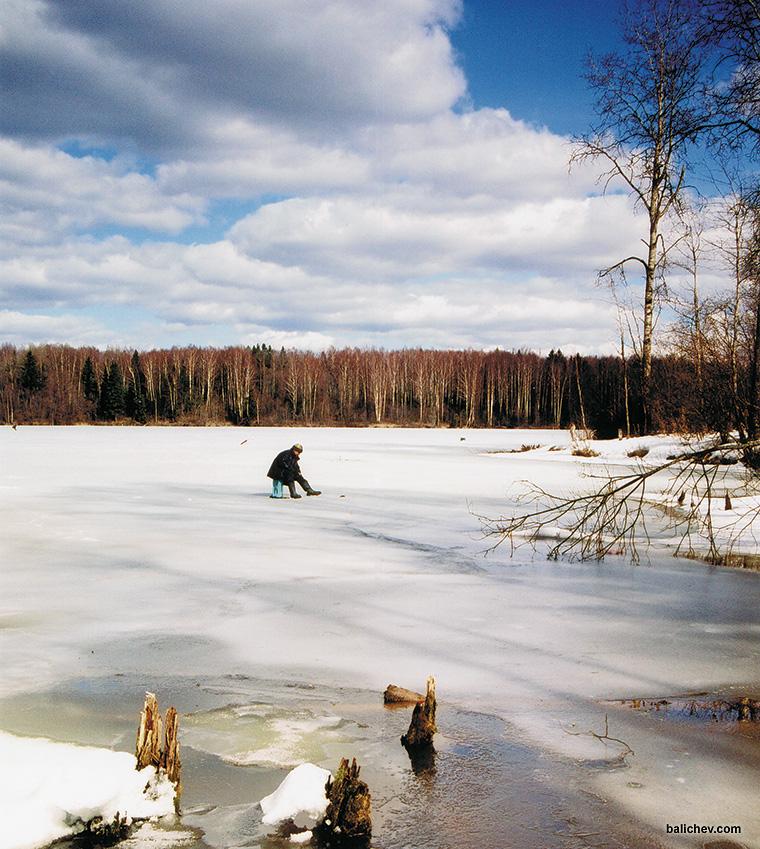 рыболов на льду водохранилища