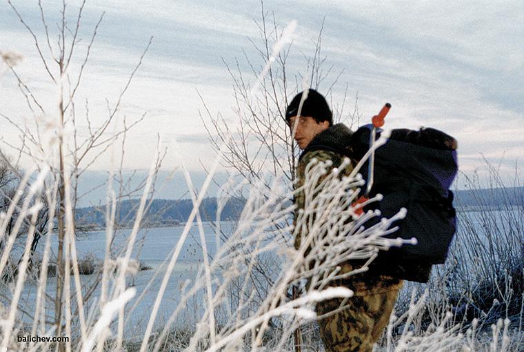 рыболов зимой с ледобуром