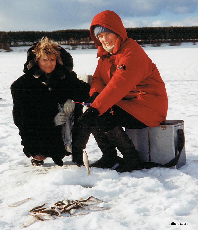 женщины на зимней рыбалке