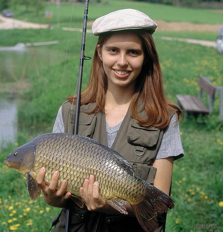 девушка с карпом на рыбалке