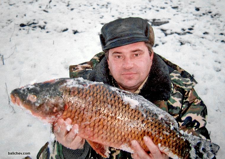 рыболов с карпом