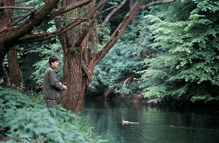 рыболов на речке