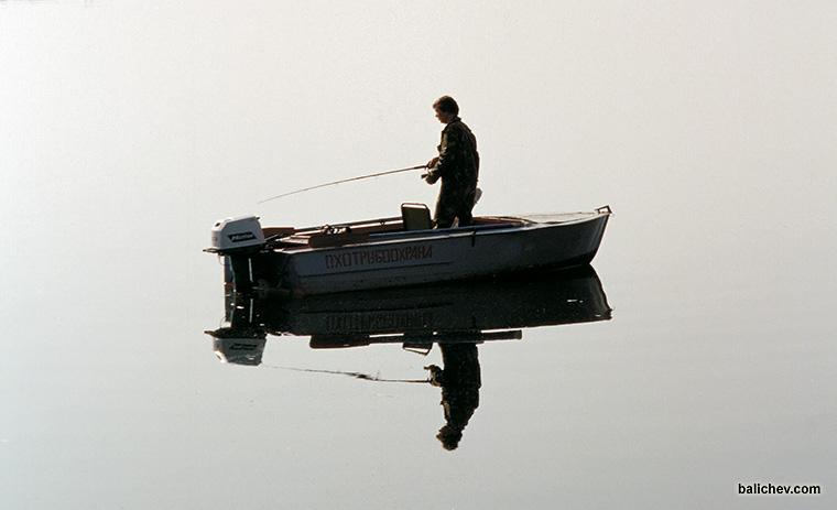 рыболов на водохранилище