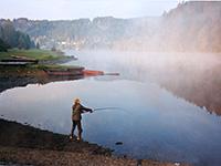 рыболов на осеннем водохранилище