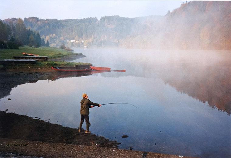 осень на водохранилище рыболов