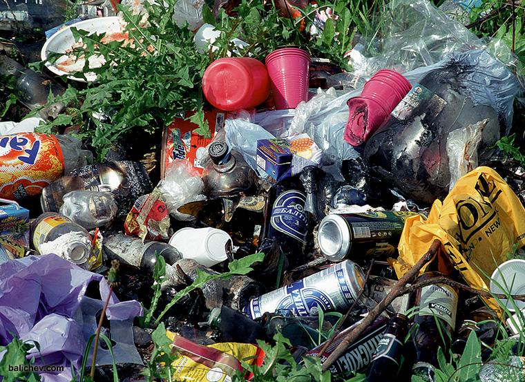 мусор на берегу водоема