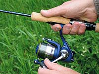рыболов неправильно держит спиннинг