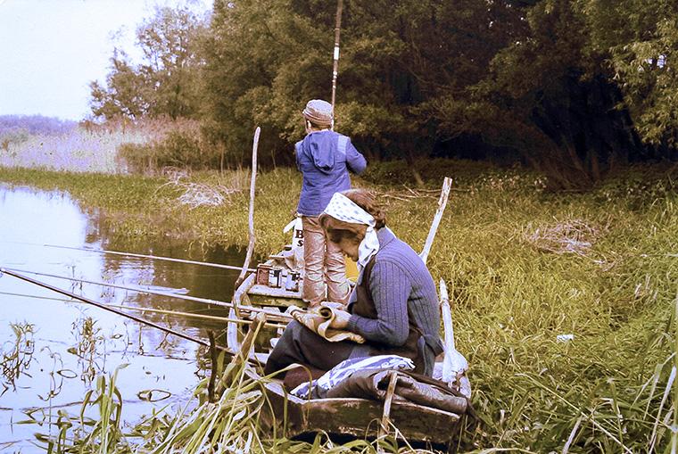 ловля с лодки на речной протоке