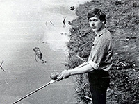 рыболов на деревенском пруду